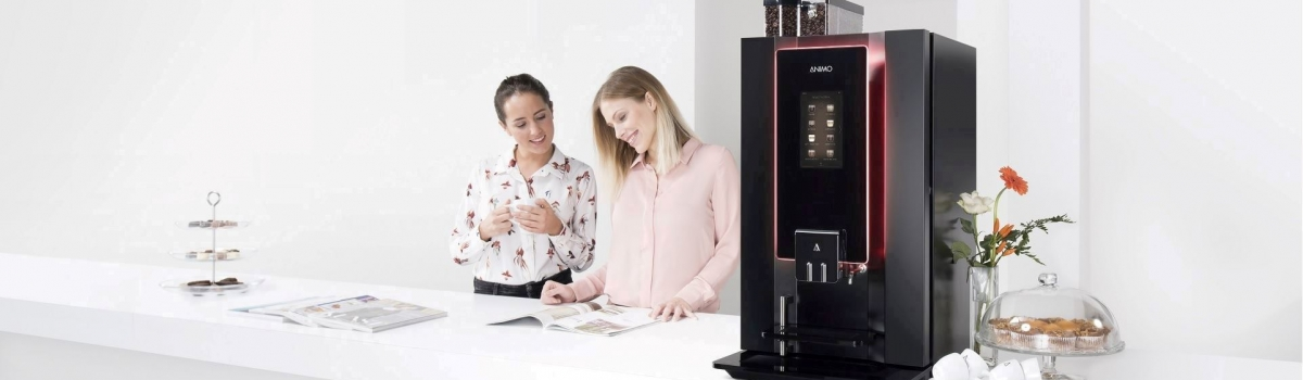 Mitarbeiterinnen in Büroküche mit Kaffeemaschine Optibean Touch